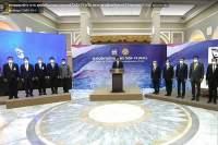 Statsminister Prayut Chan-ocha holdt en kort tale omkranset av regjeringsmedlemmer.