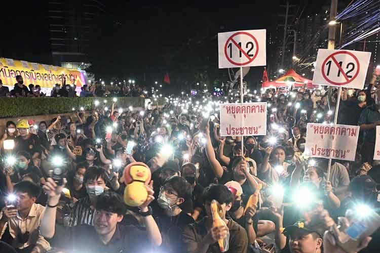 Fra gårdagens demonstrasjoner. «112» er nummeret til loven om majestetsfornærmelse. Andre skilter ber myndighetene om å slutte å true borgerne.
