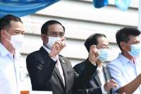 Statsminister Prayuth Chan-ocha viser frem de første Sinovac-dosene, som kom i dag..