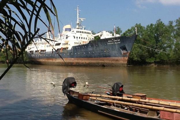 Det tidligere hurtigruteskipet ligger i en bukt i Andamanhavet.