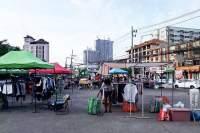 I dag morges var det fortsatt klessalg på Rompho Market i Jomtien, men det nye dekretet sier at det kun skal selges mat.